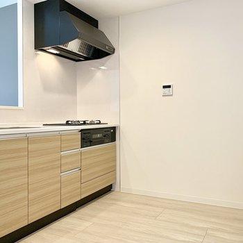 【LDK】キッチンスペースひろびろ。背面には冷蔵庫を。