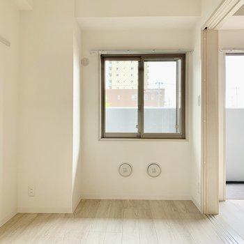 【洋室】左手の壁にはピクチャーレール。