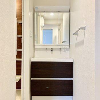 独立洗面台。三面鏡です。