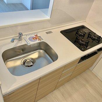 【LDK】三口コンロ!調理スペースはやや小さめ。