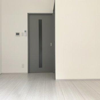 灰色のドアがお部屋を引き締めてくれています