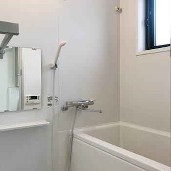 小窓付きのお風呂。※写真は前回募集時のものです