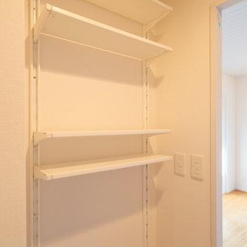 キッチンの背面には可動棚も!食品や食器を並べるのも◎※写真はクリーニング前です