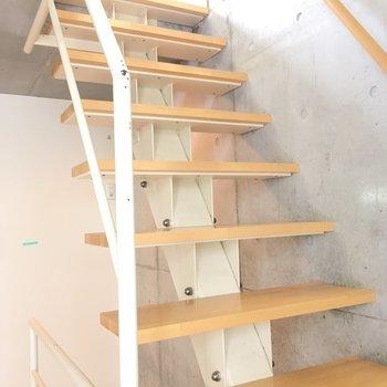 階段をずんずん上がって!※写真と文章は2階の反転間取り別部屋のものです