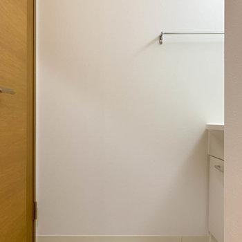 右にカクッとなった脱衣所。ここに洗面台があります。