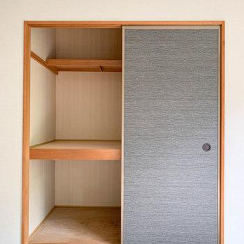 【和室】扉2枚分、しっかりと収納できそうです。