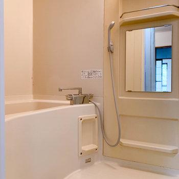 お風呂には棚もあり、使いやすそうです。