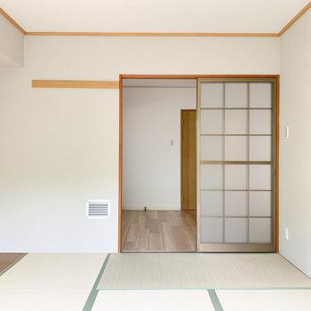 【和室】窓側から見ると。キッチンと繋がっています。
