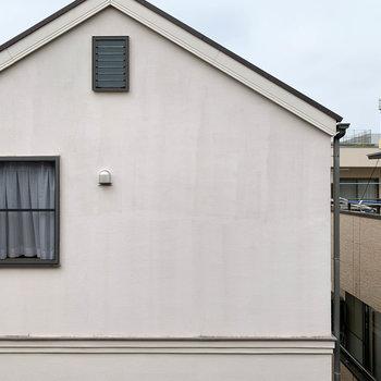 洋室からの眺望は向かいのお家です。
