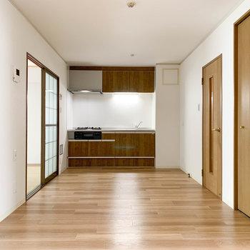 【リビング】奥にキッチン。左側には和室があります。