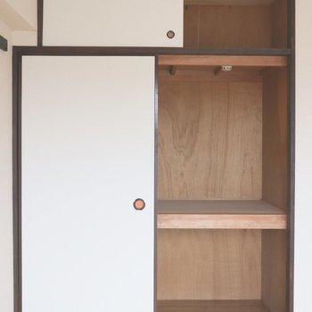 【和室】2段になっている収納。上は天袋