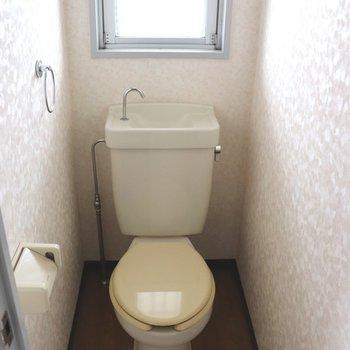 小窓が付いている個室トイレ
