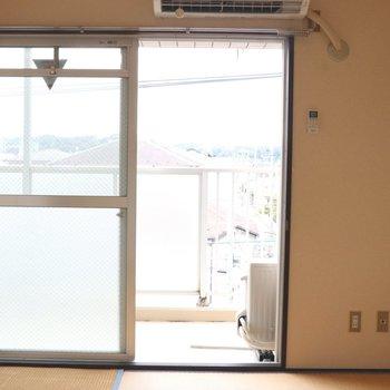 【和室】大きな窓から涼しい風も
