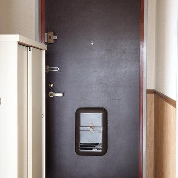 黒で重量感のある玄関