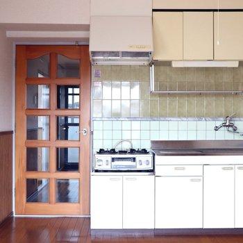 【DK】バルコニーから見ると。ホワイトボードのキッチンが目立ちます