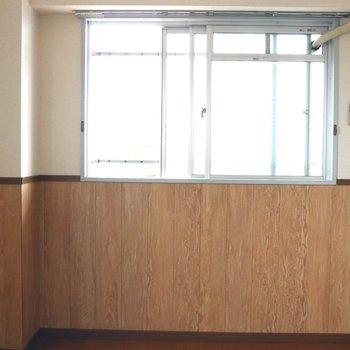 【洋室】中窓から入る日差しは良好