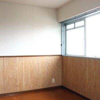 【洋室】部屋の奥まで明るいです。左は収納