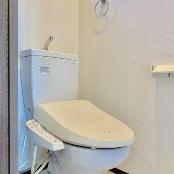 トイレはキッチンの正面にあります