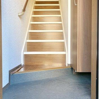 お部屋には階段で上がります