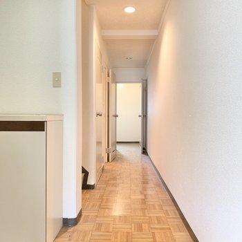【1階の廊下】扉がたくさん。順々に見ていきましょう。