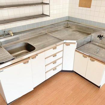 【リビング】キッチンはたくましいサイズ感。捗りそう♪(※写真はクリーニング前のものです)