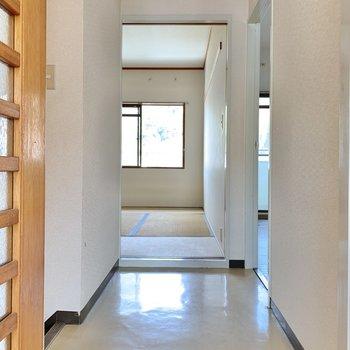 【2階の廊下】では、向かい側の和室へ。