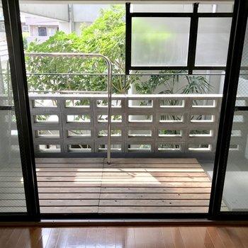 右側に洗濯機置き場。眺望は木!(※写真は2階の同間取り別部屋のものです)