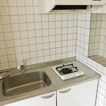 キッチンは最低限。(※写真は2階の反転間取り別部屋のものです)