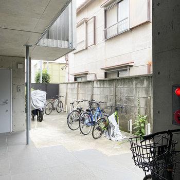 駐輪場はALの中にあります