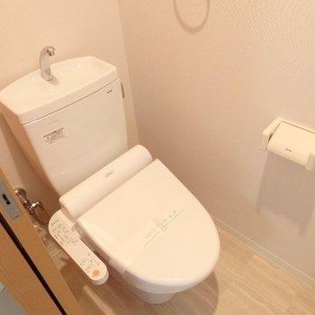 ウォシュレット付きのトイレ(※写真は11階の反転間取り別部屋のものです)