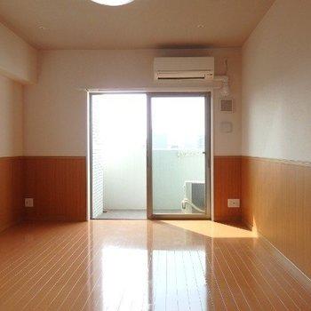 南向きで明るいお部屋です(※写真は11階の反転間取り別部屋のものです)