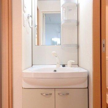 コンパクトですが脱衣所つき。独立洗面台もしっかりと(※写真は11階の反転間取り別部屋のものです)
