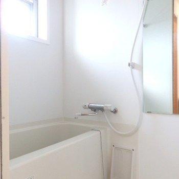 お風呂にも窓があり、換気がしやすい!浴室乾燥機もついてますよ!(※写真は11階の反転間取り別部屋のものです)