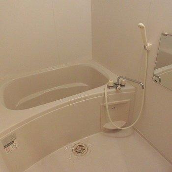 お風呂もきれいで浴室乾燥つき。(※写真は7階の同間取り別部屋のものです)