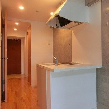 シンプルなホワイトキッチン。(※写真は7階の同間取り別部屋のものです)