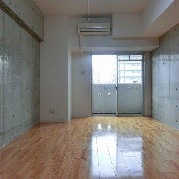 コンクリでカッコいい空間です。(※写真は7階の同間取り別部屋のものです)