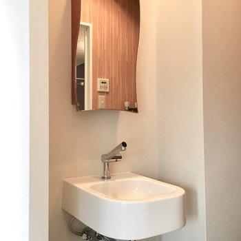 2階】個性的な洗面台はとってもコンパクト。