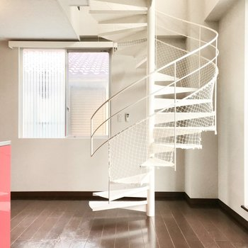 1階】スーっと上へ伸びる白の螺旋階段。