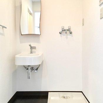 個性的な洗面台はとってもコンパクト。
