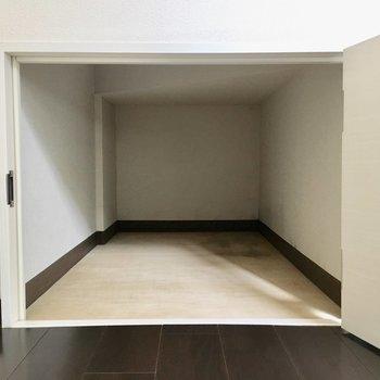 足元にも奥行きのある収納スペースが。