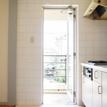 キッチン横にバルコニー!※写真は2階の同間取り別部屋のものです