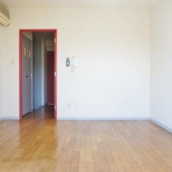 ピンクのドアから開けましょう※写真は2階の同間取り別部屋のものです
