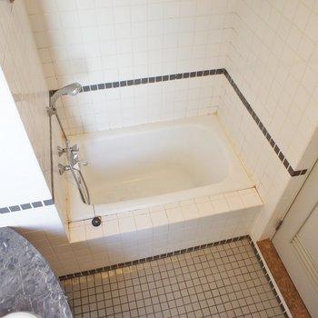 バスタブはちょっと小さいかな※写真は2階の同間取り別部屋のものです