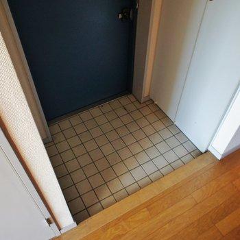 玄関コンパクトね!※写真は2階の同間取り別部屋のものです