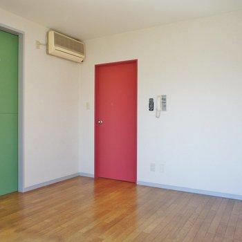 ピンクの扉も!※写真は2階の同間取り別部屋のものです