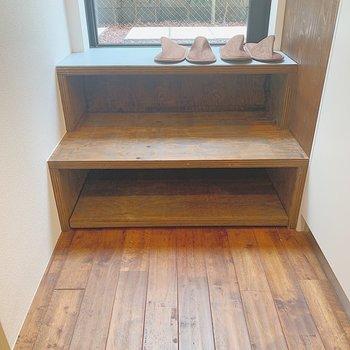 階段が靴箱になっています。