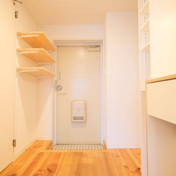 玄関は白タイルで清潔感◎こちらも可動式の棚がついてます※写真は前回募集時のもの