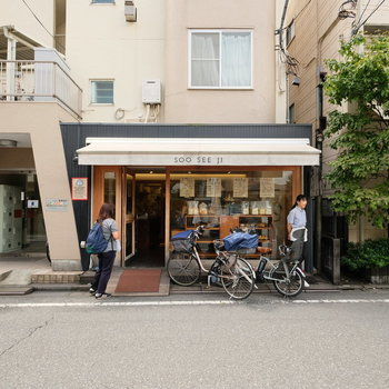 道中にはかわいらしいお店もあったりします。