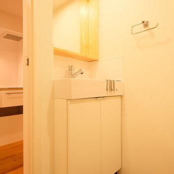 大きな鏡の独立洗面台※写真は前回募集時のもの