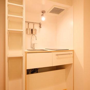 キッチン横の棚は嬉しい可動式※写真は前回募集時のもの